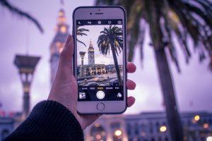 personne prenant une photo de vacances avec son téléphone